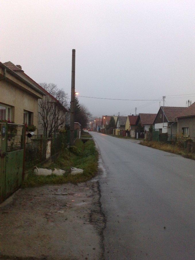 Bývalou úvozovou cestu v posledních desetiletích přikrylo několik vrstev asfaltu. (Hlavní silnice v Lešanech)