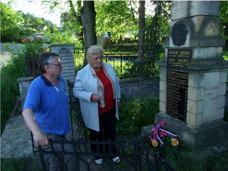 Květuše Dittrichová s Lubomírem Pavlíčkem v Lešanech u pomníku padlých z II. světové války.