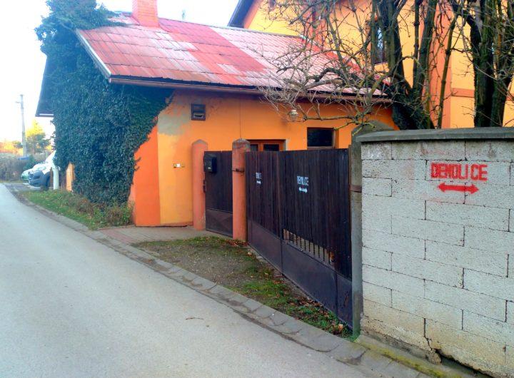 Majitelé bývalé hospody U Janáče svůj objekt demonstrativně označili nápisy DEMOLICE
