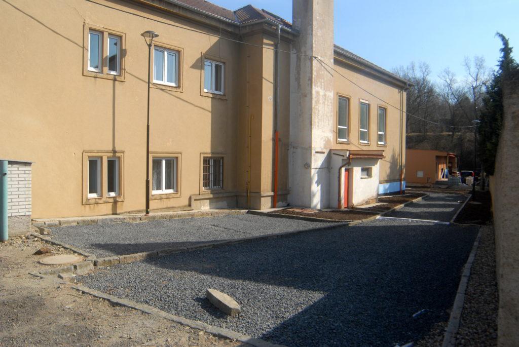 Nová komunikace a parkovací místa vedle školy