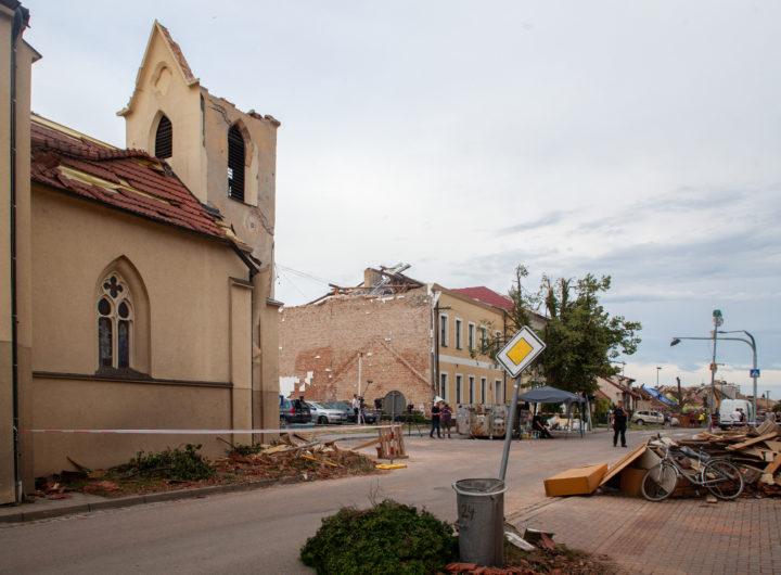 Obec Hrušky – základní škola a kostel sv. Bartoloměje, pátek 25. června. Foto: Tadeáš Bednarz/CC-BY-SA-4.0